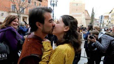 Photo of Una ciudad española bate el récord de la cadena de besos más larga del mundo