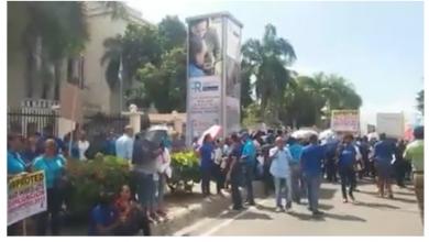 Photo of Profesores se concentran frente al Ministerio de Educación por varias reivindicaciones