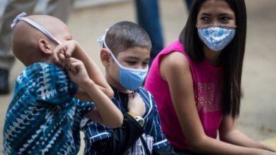 Photo of Niños con cáncer protestan frente a hospital de Caracas por falta de atención