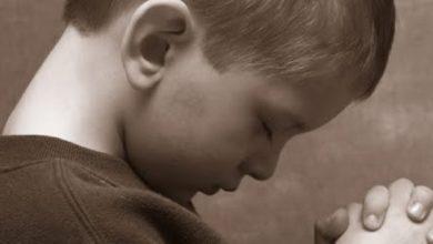 Photo of Video: «Señor Jesús, cuida a mi papá, a mi mamá y cuídame a mí», oración con la que niño se roba el corazón de presentes en acto contra el trabajo infantil