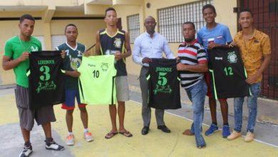 Photo of FUNINTED dona uniformes a los integrantes del equipo del club Cultural Deportivo Juan Pablo Duarte