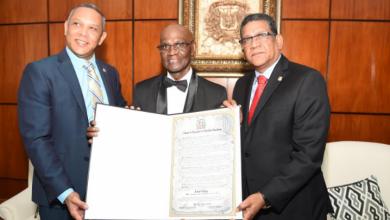 Photo of Gobierno reconoce a Cuco Valoy por su exitosa carrera artística