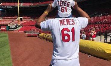 Photo of Lanzador dominicano Alex Reyes revela que su hija de un año está luchando contra el cáncer