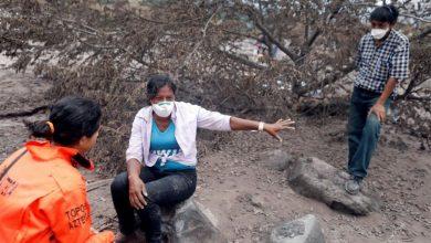 Photo of La desgarradora historia de la mujer que busca a sus 50 familiares desaparecidos tras la erupción del volcán en Guatemala