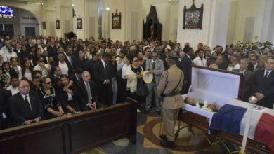 Photo of Danilo Medina y otros dirigentes del PLD asisten al velatorio de Monchy