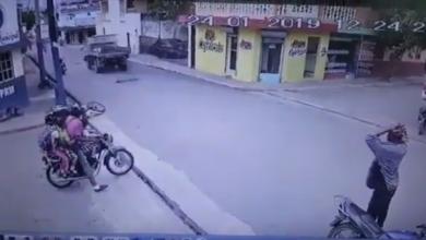 Photo of Video: Chocan policías mientras persiguen ladrón en Villa Altagracia