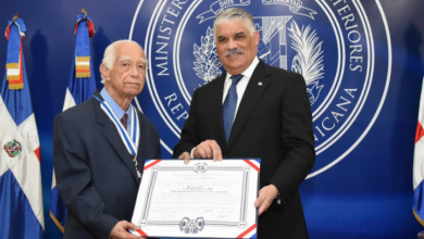 Photo of Miguel Vargas impone condecoración al cardiólogo Carlos Lamarche Rey