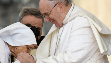 Photo of El papa evita que le besen el anillo por «higiene»