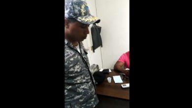 Photo of Apresan hombre tratando de eliminar registro policial uniformado con el rango de mayor
