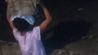 Photo of Hombre castiga a su hija poniéndola a sostener un block sobre la cabeza