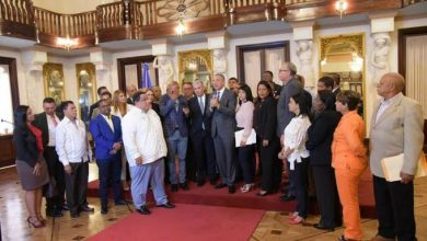 Photo of 261 alcaldes y directores municipales piden en Palacio la reelección de Danilo y unificar elecciones