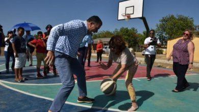 Photo of Así juega baloncesto la embajadora de EEUU en el país, Robin S. Bernstein