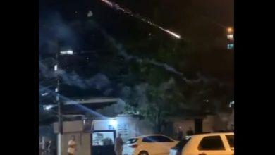 Photo of Hombre molesto por ruido lanza fuegos artificiales a sus vecinos