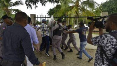 Photo of Policías impiden a la fuerza a leonelistas que pinten murales próximo al Congreso