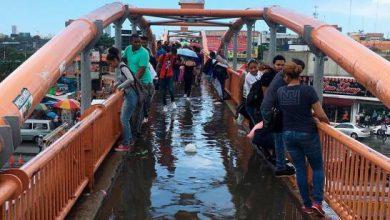 Photo of Cruzar el peatonal sin mojarse, el nuevo «challenge» por necesidad