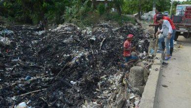 Photo of Munícipes queman basura que afecta el Arroyo Lebrón