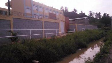 Photo of Comunitarios impiden clases en una escuela de Constanza por crecida y contaminación de un canal