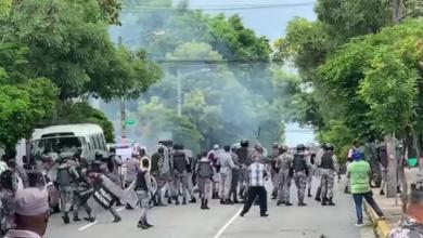 Photo of Se registran enfrentamientos entre manifestantes de la UASD y policías frente al Palacio