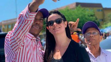 Photo of Nicole Fernández estuvo presente en la manifestación de su padre frente a la JCE