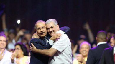 Photo of Medina sella con un abrazo su apoyo a Gonzalo en el cierre de campaña