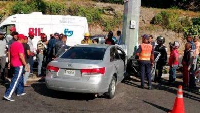 Photo of Mueren dos personas al chocar el vehículo con un poste de luz en la Cayetano Germosén