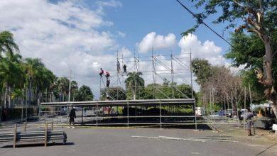 Photo of En San Cristóbal levantan tarima y la gente espera a Romeo Santos esta tarde