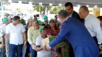 Photo of Leonel entrega canastas navideñas en las afueras de su oficina política
