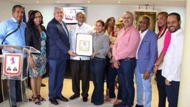 Photo of Concejo municipal reconoce empleado con 50 años en el ayuntamiento