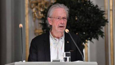 Photo of Handke recibe el Nobel de Literatura en Estocolmo bajo una lluvia de críticas