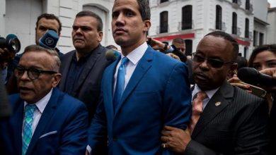 Photo of Guaidó y diputados opositores ingresan por la fuerza al Parlamento venezolano