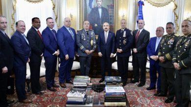 Photo of Danilo Medina recibe a oficial dominicano designado jefe de patrulleros de policía NY