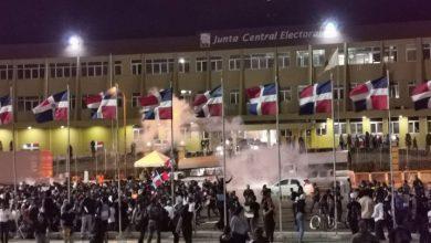 Photo of Manifestantes se retiran de la JCE, pero advierten que volverán con más fuerza
