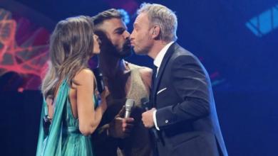 Photo of Ricky Martin le roba un beso al presentador de Viña del Mar