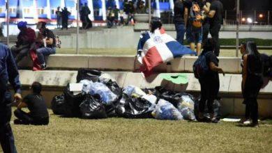 Photo of Muestra de civismo: antes de marcharse, manifestantes recogieron la basura en la Plaza de la Bandera