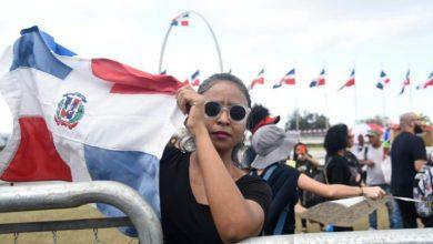 Photo of Comienzan a aglomerarse personas en la Plaza de la Bandera a protestar contra la JCE