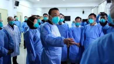 Photo of Médicos de Wuhan se quitan las mascarillas al salir de hospital