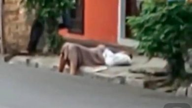 Photo of Señora cae en plena acera en Villa Juana y nadie la ayuda por temor a que tenga coronavirus