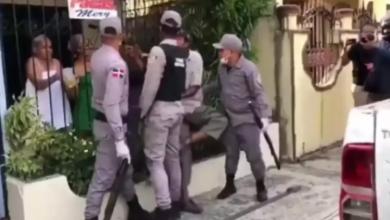 Photo of Suspenden e investigan policías que apresaron hombre que buscaba comida durante el toque de queda en SFM