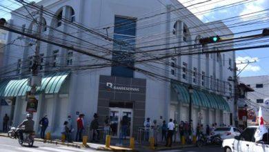 Photo of Personas hacen filas en bancos tras reapertura de sucursales los sábados