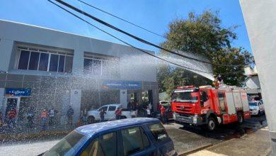 Photo of Santiago: Con un chorro de agua están los bomberos dispersan a las personas en las filas