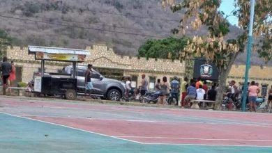 Photo of Civiles se enfrentan a militares en balneario de Elías Piña; rompen distanciamiento social