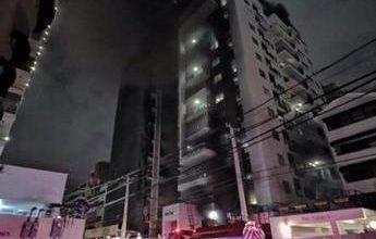Photo of Acto heroico: Bomberos rescatan 50 adultos y 6 niños de un incendio en Naco