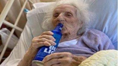 Photo of Anciana de 103 años celebra con una cerveza tras recuperarse del COVID-19