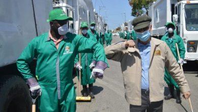 Photo of Alcalde SDE Manuel Jiménez supervisa empresa recolectora de basura en Brisas del Este