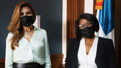 Photo of Carolina Mejía promueve joven barrendera al departamento legal de la alcaldía