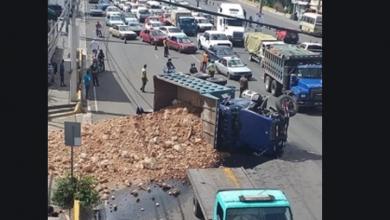 Photo of Se vuelca camión cargado de caliche tras impactar una camioneta en el kilómetro 9 de la autopista Duarte