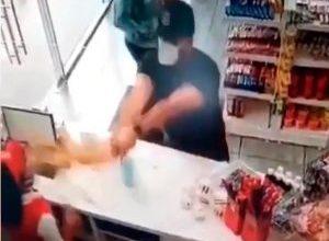 Photo of ¿Quién es el hombre que arrojó café caliente en la cara a empleada de un negocio?