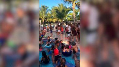 Photo of Decenas de personas se aglomeran en piscina de un resort