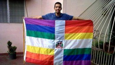 Photo of Revuelo en las redes por fotografía de hombre con bandera dominicana con colores LGBT