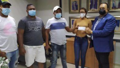 """Photo of Senador de Hato Mayor regala dinero a dirigentes del PRM que se """"fajaron"""" para su triunfo"""